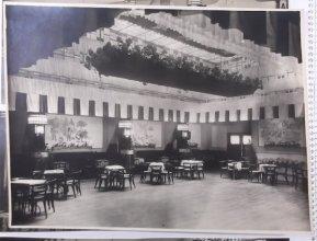 Grijzen decoreerde de feestzaal in hotel Krasnakolsky wat na de bevrijding ingericht werd als feestzaal voor de Amerikaanse militairen.