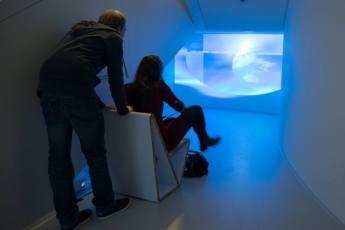 Bezoekers bekijken Heads and globes, Similarity matrix (2008-2010) van eddie d