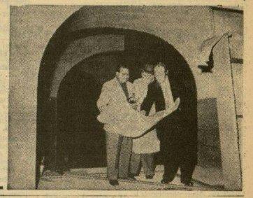 """Uit de Leeuwarder Courant van 23-2-1957: """"In de Cinetone-studio's te Duivendrecht worden voorbereidingen getroffen voor het maken van de Fokker-film """"De vliegende Hollander"""". Links de decor-ontwerper Eppo Doeve, daarnaast de bouwmeester D. van Ankeren en rechts filmarchitect Nico van Baarle tijdens een bespreking. Collectie Koninklijke Bibliotheek"""