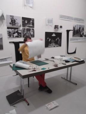 Joram help bij het snijden en plakken op de etage van Bert Verhoeff