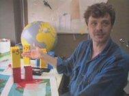 Martin de Groot, ontwerper van het Jeugdjournaal legt aan Jeugdjournaal-kijkers uit wat zijn werk inhoudt. ©NOS