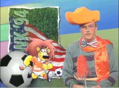 Jeugdjournaal-presentatoren gebruiken props en kostuums om onderwerpen uit te leggen. ©NOS