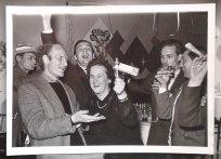 feestje. vlnr: ..., Nic van Baarle, ..., editor Lien d'Oliveryra, ..., ... Collectie erven Van Baarle