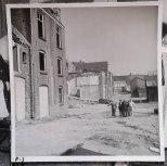 Lokatiebezoek op braakliggend terrein en sloophuizen, mogelijk voor Secret File USA, Cinetone. Collectie erven Van Baarle