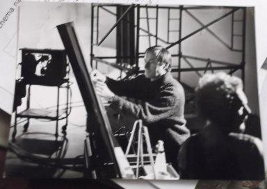 Achter de schermen-foto van Herman van Elteren bij opnames van 'schimmenspel' Spreuken (IKON, 1979). Ontwerp en collectie Herman van Elteren
