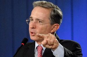 Abuchean en universidad al expresidente Álvaro Uribe y cae al piso