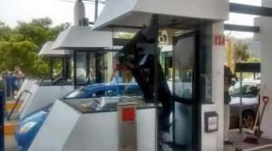 Nuevo enfrentamiento entre presuntos normalistas y policías