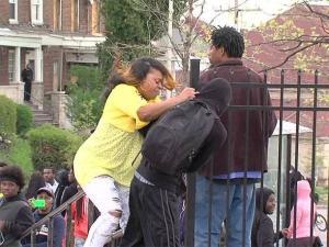 Madre explica por qué golpeó a su hijo durante protesta en Baltimore
