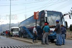 Exigen transportistas libertad de dos funcionarios detenidos