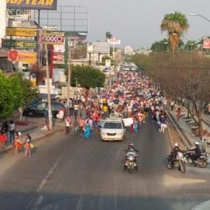 Marchan normalistas y maestros en Tuxtla
