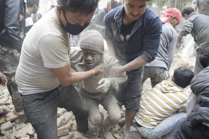 Terremoto de magnitud 7.9 deja al menos 870 muertos en Nepal