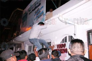 Continúan robo de taxis en SCLC; transportistas realizan bloqueos