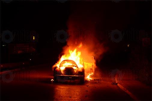 Se incendia vocho, el conductor logró salir ileso