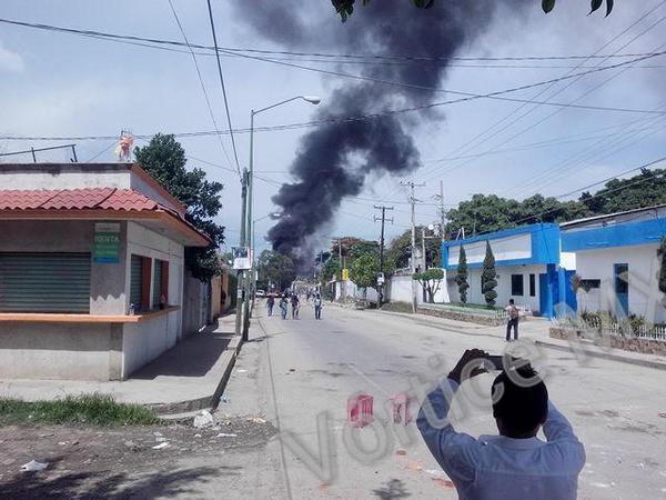 Maestros se enfrentan con Policías y queman un autobús