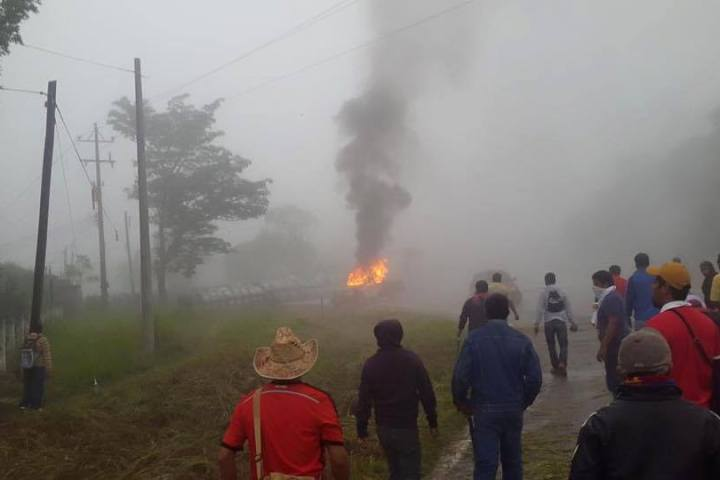 Se enfrentan presuntos maestros y estudiantes contra la policía de Chiapas