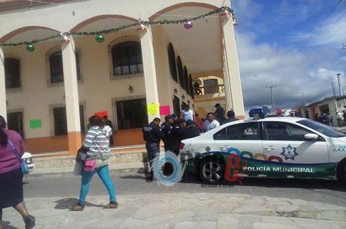 Policías se manifiestan frente a la Presidencia Municipal