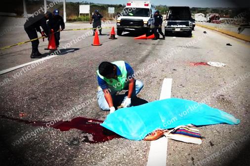 Evitó el puente peatonal y lo destrozó un veloz automóvil