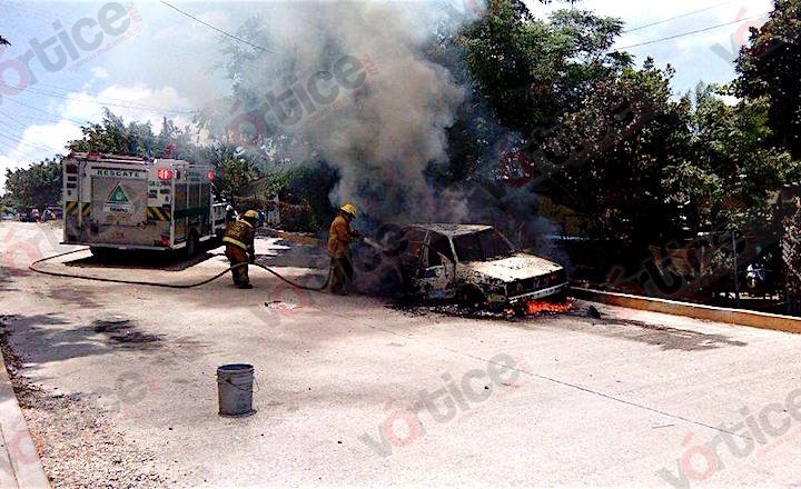 Se incendia vehículo cuando lo reparaban; una chispa llegó en el tanque de gasolina