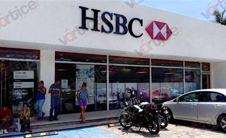 Hombres armados asaltan a cuentahabientes dentro de un banco