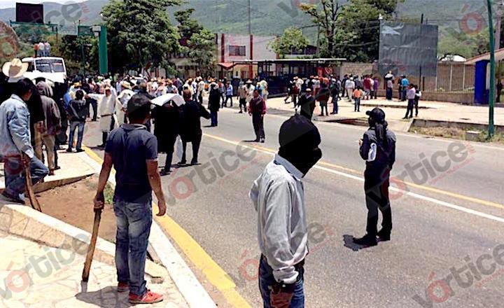 Indígenas bloquean entrada de Tuxtla; amenazan con radicalizar protestas