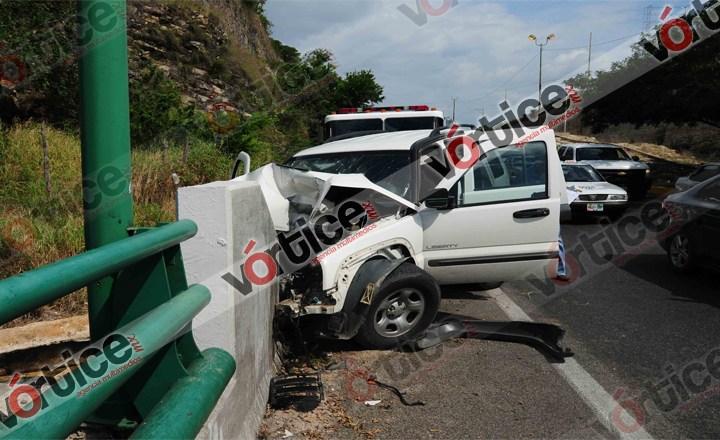Conductora se salva de salirse de un puente