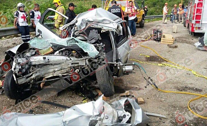 Muere conductor al quedar prensado debajo de un tráiler