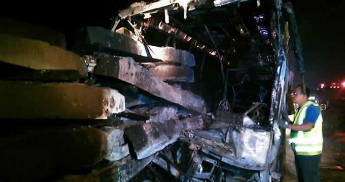 Se calcinan 13 pasajeros de un ADO en choque