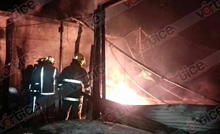 Incendio 'devora' a dos vehículos, un taller mecánico y una recámara