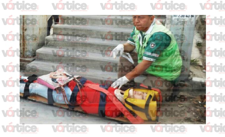Dama cae de las escaleras de un puente peatonal