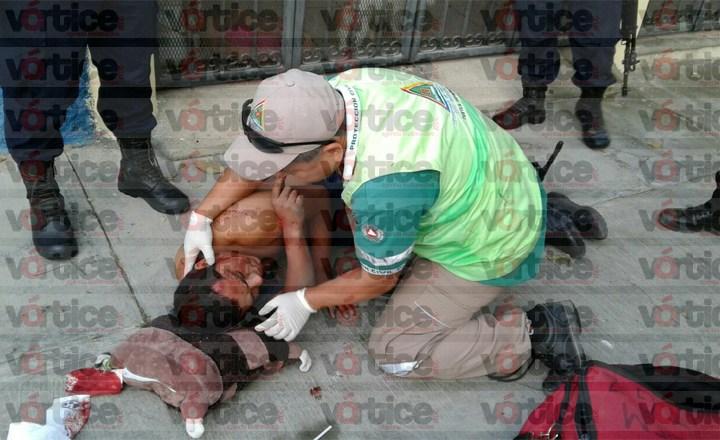 Asaltan con lujo de violencia a peatón; la policía acude tarde