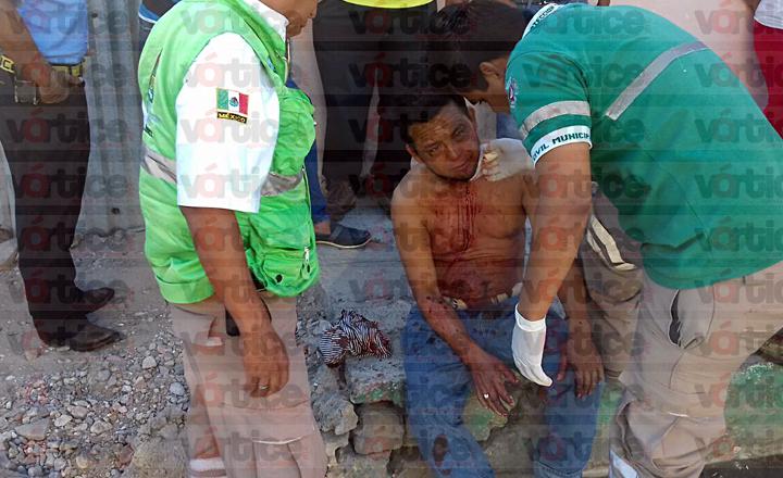 Casi degüellan a joven en violenta riña; vecinos evitan tragedia
