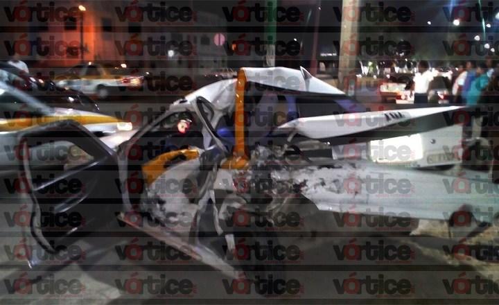 Quedaron prensados dentro de un taxi tras fuerte accidente