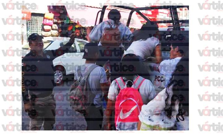 Policías descuidan la seguridad para hacerla de transportistas