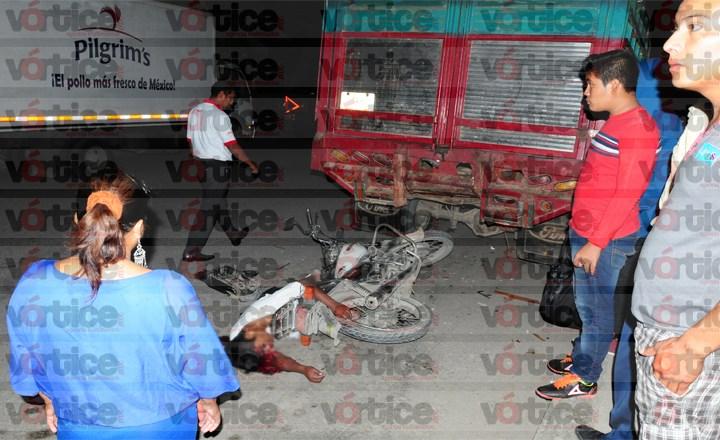 Se estrella motociclista contra camioneta estacionada y pierde la vida