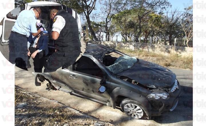 Vuelca camioneta tras perder una llanta; el chofer resultó herido