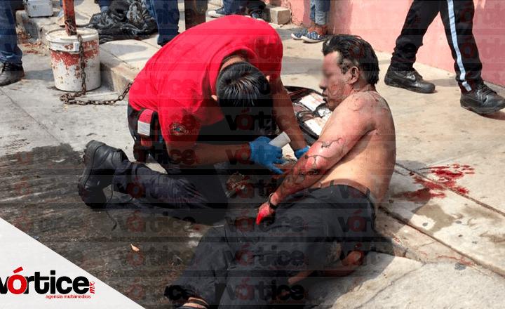 Lanzan bombas molotov a negocio y queman a tres empleados