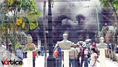 Queman vehículo y parte de la presidencia en Coita; retienen a personal del SAPAM