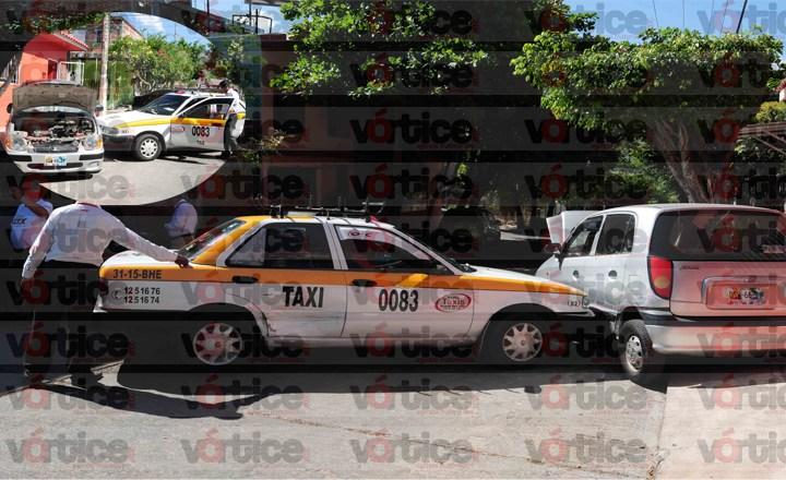 Taxista circula en sentido contrario y provoca accidente de tránsito; hay dos heridos
