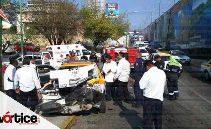 Tráiler se queda sin frenos y choca contra dos vehículos; hay dos heridos