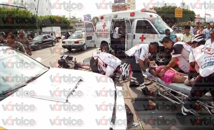 """Taxista da vuelta en """"U"""" y atropella a madre e hijo en brazos"""