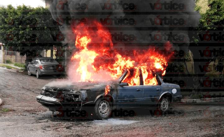 Se incendia vehículo en Tuxtla y queda en pérdida total