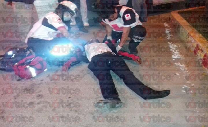 Arrollan a motociclista; es llevado de emergencia a un hospital