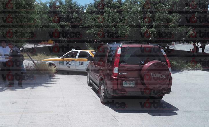 Camioneta se pasa la preferencia e impacta a un taxi en Tuxtla