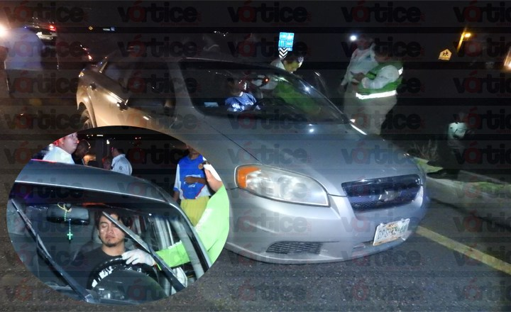 Ebrio joven estrella su rostro contra parabrisas de su coche en accidente