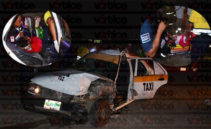 Rescatan a taxista de entre los fierros retorcidos; su salud es delicada