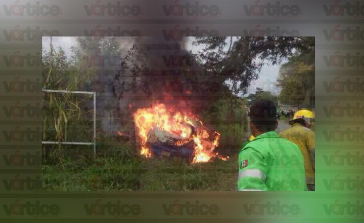 Compacto se estrella contra un árbol y se incendia; hay cinco heridos