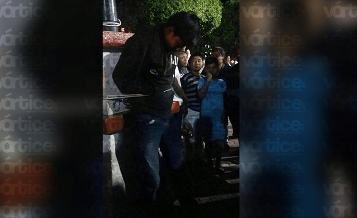Amarran a presunto ladrón frente a la Presidencia Municipal de Ocosingo