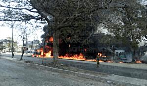 Se incendia camioneta en Plan de Ayala y deja una estela de fuego en la carretera