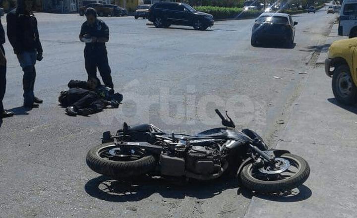 Derrapa motociclista y resulta fracturado en Tuxtla