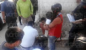 Se accidenta pareja con su bebé en una motocicleta